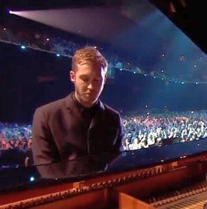 Calvin Harris zongorán ad elő, élő zenekari kísérettel
