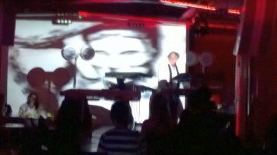 Igazi kuriózum! Az Omega együttes billentyűse, a 72 éves Benkő László művelte az elektronikát pénteken a Teslában!