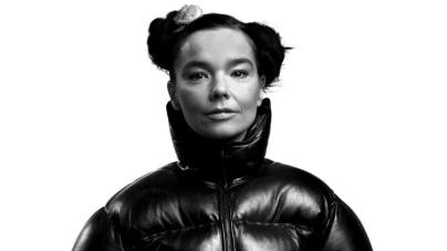 Björk azt üzeni, kattanjunk le a Facebookról, helyette inkább sétáljunk egyet. Az énekesnő szerint a közösségi média olyan, mintha megettél volna három hamburgert.
