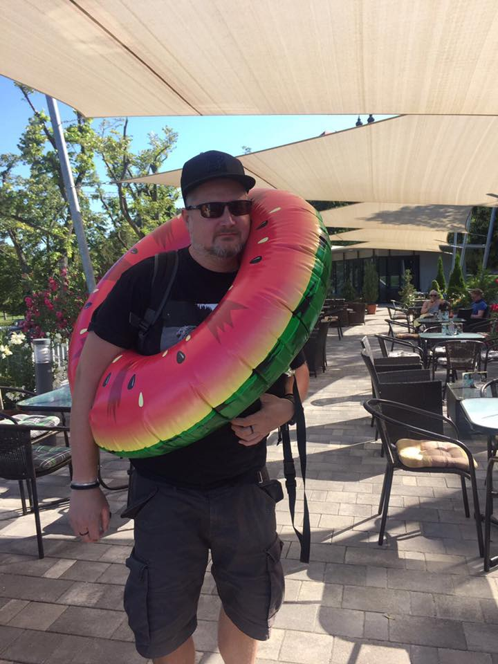 Cinkostársa, DJ Newl talán a vízbe is bemerészkedik
