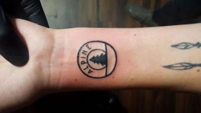 Egy lány a csuklójára tetováltatta kedvenc klubjának pecsétjét