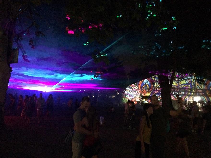 A sátor a háttérben egy csomó másik fesztiválról ismerős lehet.