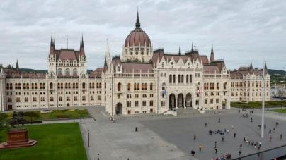 Zenéltél már a Parlament előtt? DJ-t keresnek szilveszterkor a Kossuth térre