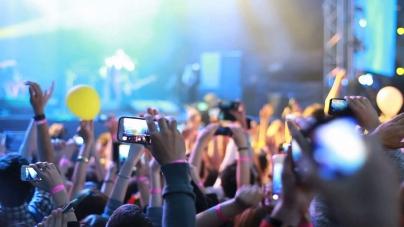 Egy tanulmány kimutatta: gyűlöljük az okostelefonokat a bulikban