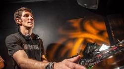 Egy Kanadában élő magyar DJ egyszer csak észrevette, hogy a JBL az ő képével reklámozza a hangszóróját
