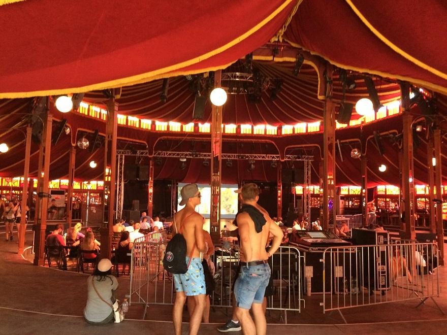 Még, hogy a Magic Mirror meleg helyszín?! A légkondinak hála itt volt a leghűvösebb.