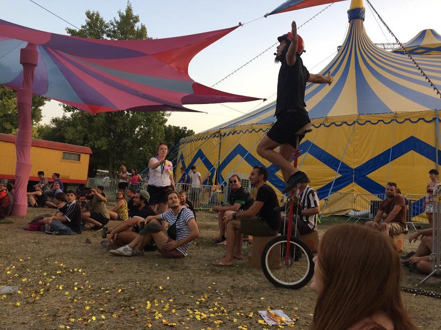 Háttérben a cirkuszi sátor, de voltak szabadtéri előadások is.